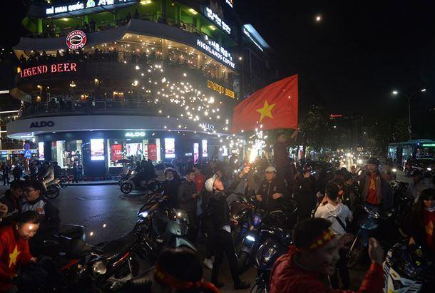 Biển quảng cáo led khu vực đài phun nước hồ Hoàn Kiếm